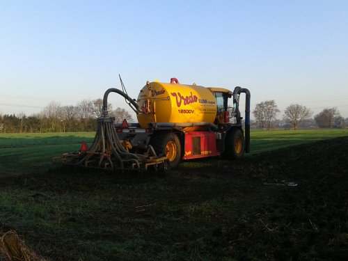 Foto van een Vredo VT 2516 van loonbedrijf Eijva, druk bezig met bouwlandBemesten.. Geplaatst door ricooo12 op 15-04-2015 om 18:15:28, op TractorFan.nl - de nummer 1 tractor foto website.