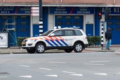 Op deze foto staat Politie met een VW Touareg, opgebouwd voor personenvervoer.. Geplaatst door xrayjaco op 13-08-2016 om 18:07:40, op TractorFan.nl - de nummer 1 tractor foto website.