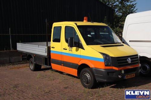 De Jong Zuurmond (Beesd) × op de foto met een VW Crafter 1st gen, opgebouwd als open laadbak.. Geplaatst door Katy Kleyn op 30-07-2019 om 11:28:47, op TractorFan.nl - de nummer 1 tractor foto website.