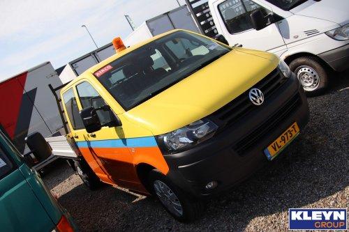 Foto van een VW Transporter T5 van De Jong Zuurmond (Beesd) ×, opgebouwd als open laadbak.. Geplaatst door Katy Kleyn op 17-04-2020 om 19:55:16, op TractorFan.nl - de nummer 1 tractor foto website.