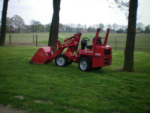 Foto van een Weidemann 1230, bezig met poseren, net schoongemaakt.. Geplaatst door waaijer op 04-05-2008 om 18:13:46, op TractorFan.nl - de nummer 1 tractor foto website.