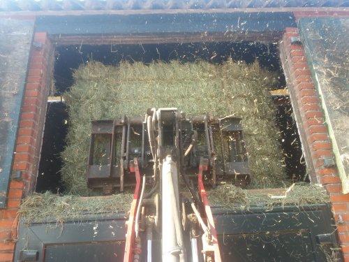 Foto van een Weidemann 1150. Vrijdag nog even 22 pakjes hooi op zolder weggepakt  met de shovel,  waarna we het met 3 man hebben versleept.  Super mooi hooi, tlijkt/ruikt zowat naar kunstmatig  gedroogd gras!!!