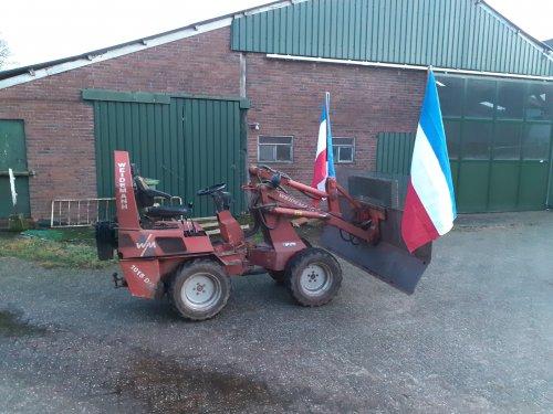 Foto van een Weidemann 1015 weer een combinatie klaar voor de strijd. Laat de volgende aktie maar komen..  Even de frontschuif met vlaggen afgekoppeld van de grote trekker omdat die morgen ander werk heeft.