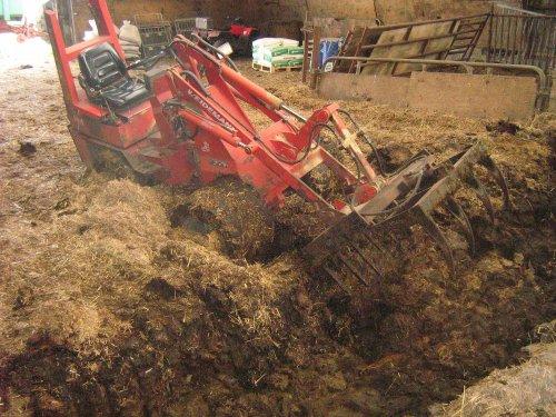 Foto van een Weidemann 1150, bezig met vast zitten.In de shit.. Geplaatst door fransfokke op 24-06-2008 om 20:10:48, met 15 reacties.