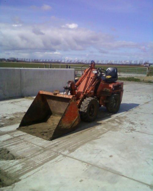 Foto van een Weidemann onbekend, bezig met dumperen.. Geplaatst door johndeere1120man op 14-04-2012 om 20:15:14, met 2 reacties.