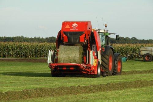 En weer een baaltje bij Vrieling loonwerk  https://youtu.be/SQ99Mcj_pyc. Geplaatst door pekkerietfan op 28-10-2019 om 17:42:01, op TractorFan.nl - de nummer 1 tractor foto website.