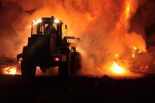 Foto van een Werklust WG 18B, bezig met een paasvuur opschuiven in Hengelo Gld. Foto gemaakt door Mark Heersink en met toestemming van deze geplaatst.