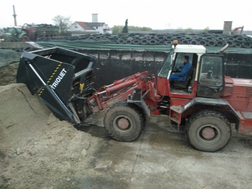 Foto van een Werklust onbekend, bezig met voeren. dikke kuilhapper hier bij een nederlandse boer in oost-duitsland