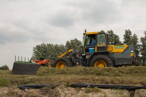 Loonbedrijf Van der Schors aan het gras hakselen met op de bult met hun Werklust WG 18B shovel met holaras verdeler.   Meer foto's zijn te bekijken op: http://www.trekkerfotografie.nl