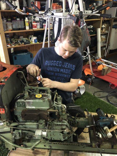 Foto van een Yanmar ym1401 Vandaag de motor open gehaald  Had behoorlijk wat carterdruk nu bleek dat de zuigerveren versleten zijn nieuwe bestellen en weer in elkaar