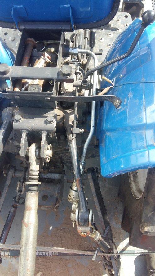 Foto van hoe ik de hydraulische aansluiting heb gemaakt op mijn Iseki TX 1300. deze aansluiting bedien je doormiddel van de hef hendel.