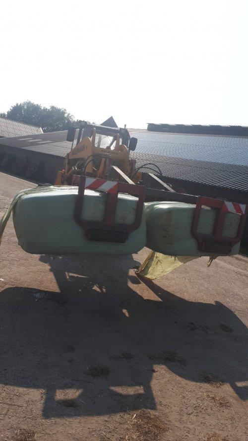 Foto van een Zelfbouw Balenklem nou ja zelfbouw... 2 klemmen gekocht en zelf de ahlmann koppeling ertussen gebouwd. Van geen klem naar een dubbele. En dat voor die 40 balen per jaar...