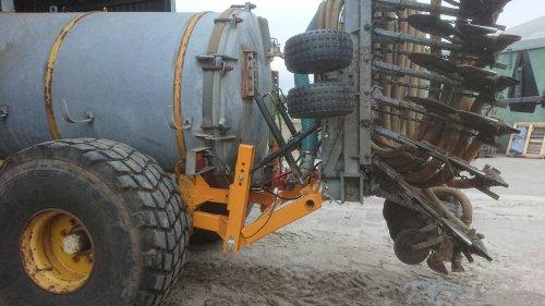 Foto van een Zelfbouw Mesttank Zelf een 4 punt hef gebouwd om een slootsmid bemester achter de veenhuis te hangen
