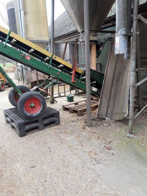 De 2de keer op pallets gezet, kan die iets vlakker waardoor het sneller kon.. Geplaatst door zettelmeyer op 02-04-2021 om 18:01:20, op TractorFan.nl - de nummer 1 tractor foto website.
