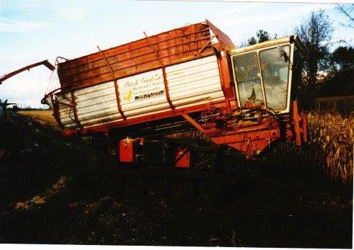 Foto van een Zelfbouw Rupstrekker, bezig met maïs hakselen bij Tijnje 1998.. Geplaatst door kevin-fendt op 13-01-2012 om 18:58:01, met 4 reacties.