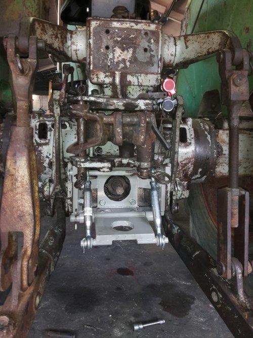 Trekhaak gemaakt voor de D9006. Zo gemaakt dat met 2 pinnen verwijderd kan worden en een ondertrekhaak gemonteerd kan worden. (Deze moet nog wel gemaakt worden)