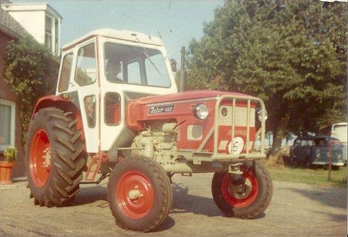 Zetor 4511 met Secura veligheidscabine klaar in 1975 voor aflevering, (bouwjaar van de trekker is 1970) destijds verkochten wij regelmatig gebruikte tractoren met opbouwcabines van o.a. Fritzmeier, Secura ,Bril en Sirocco, Gebruikte Zetor's met orig. cabines waren nog moeilijk gebruikt te vinden. Deze Secura cabines waren helaas niet geluidsarm, maar je zat droog en veilig (behalve voor je gehoor)