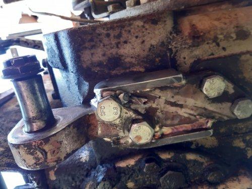 Foto van een Zetor 6911/6945  Is  herstel , twee bouten uitgeboord plaat recht gefreest en opnieuw gelast. Terug met 4 bouten wast. Weer klaar voor te hobbyjen.
