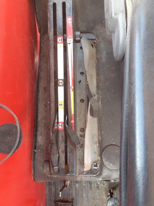 Foto Zetor 6945, voor gebruik frontlader, bediening van het dubbelwerkend ventiel is met de middelste hendel, maar in welke stand moet hij staan? Helemaal naar voor trekt ie olie terug, helemaal naar achteren steekt hij olie, in het gele vakje misschien? (heb al geprobeerd met hendel naar achter maar dat werkte niet echt goed, ik had het gevoel dat hij continu olie stak maar er geen terug kon?