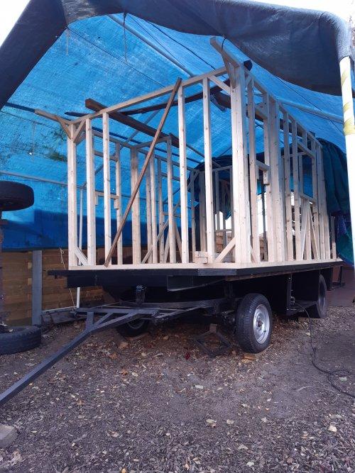 Foto van een Zetor 6911/6945 foto van de woonwagen die aan maken zijn. Het geraamte is klaar, nu  kunnen we met de bogen voor het dak beginnen.