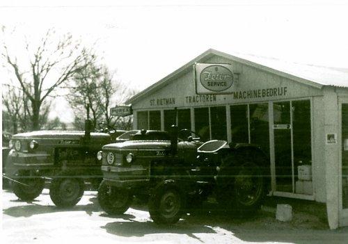 Een foto van meer dan 50 jaar terug bij Rietman, voorzijde van bedrijfspand aan de Hasselterdijk in Hasselt, met 2 nieuwe Zetor trekker op voorraad, een Zetor 3511 en een 4511
