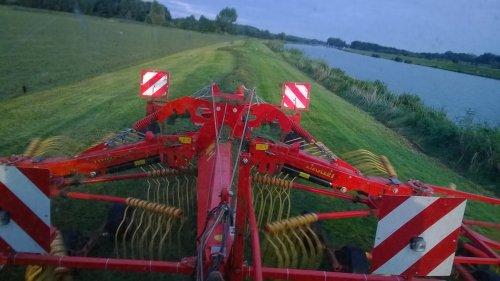 Foto van een Ziegler Hark, bezig met gras harken. Even de dijk harken voordat het donker werd op 26 sep