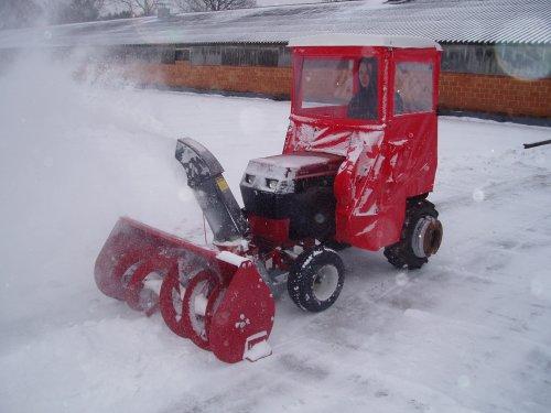 Foto van een zitmaaiers Diverse, bezig met poseren. wheel horse 518 hydro met twee stage sneeuwblazer