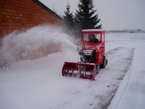 Foto van een zitmaaiers Diverse, bezig met poseren. wheel horse 518 h bezig met sneeuw blazen. Geplaatst door wh1257 op 20-01-2013 om 15:48:52, met 2 reacties.